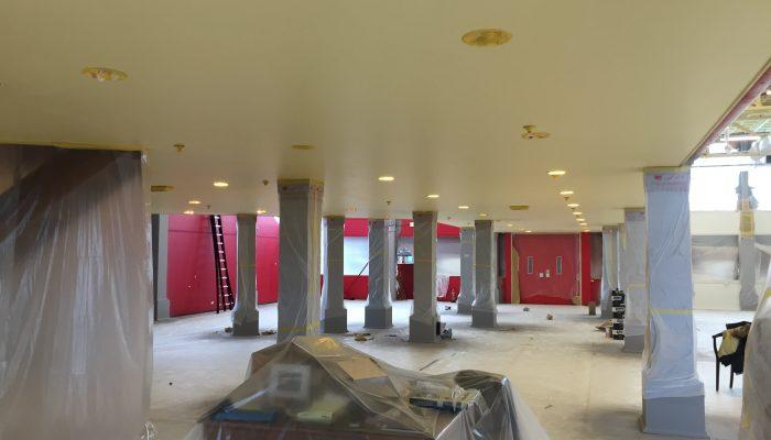 Afplakken van de gespoten pilaren voor het luchtondersteunend verf spuiten van het plafond
