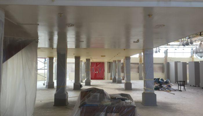 Latex spuiten van plafond, wanden en pilaren. Momenteel de helft van het plafond kruislinks gespoten.
